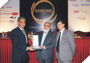 Mr. Imran Qurashi (President Access Group) receiving an award at the 8th International E-Banking Conference & Exhibition.